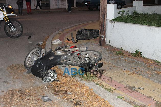 Violento choque entre un auto y una moto deja un herido grave