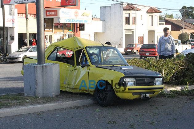 Auto choc� contra una columna en avenida Espora
