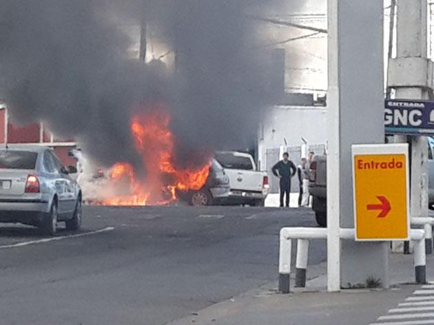 Se incendi� un auto en avenida Brasil
