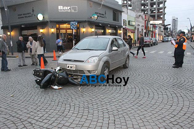 Choque entre auto y moto dej� un herido