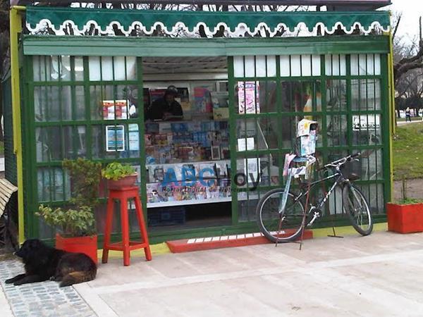 Secuelas de los festejos: Rompieron el techo del kiosco de revistas de Pinto y Rodr�guez