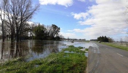 El desborde de agua complica el tr�nsito