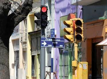 Avanzan con la renovaci�n de sem�foros de la avenida Col�n