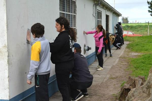 La C�mpora realiz� una Jornada Solidaria en la que pintaron la Escuela El Molino