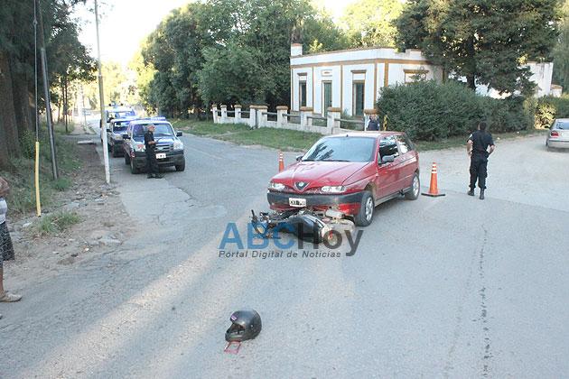 Mujer con heridas leves en choque entre auto y moto