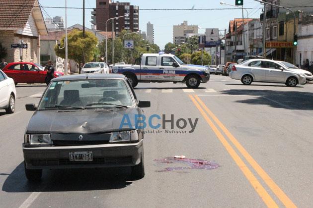 Una mujer est� muy grave al ser embestida por un auto