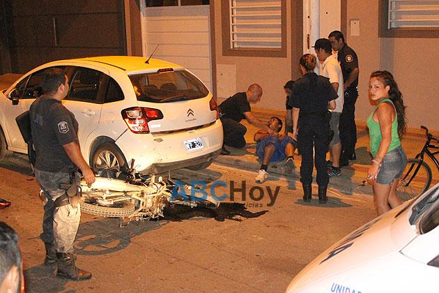 Motociclista herido al chocar un auto estacionado