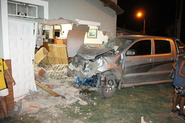 Una camioneta se meti� en el living de una casa en Las Tunitas