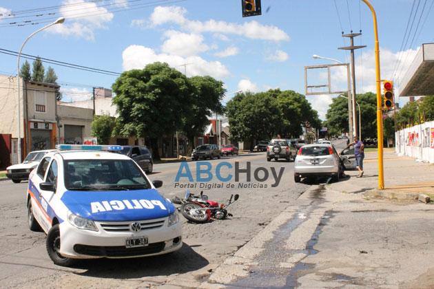Choque por alcance deja motociclista herido
