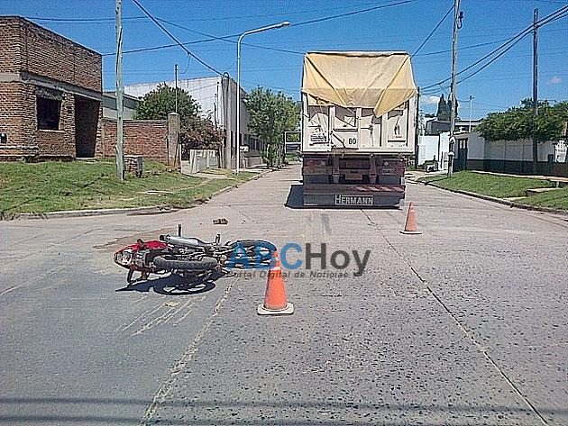 Motociclista herido en choque con un cami�n