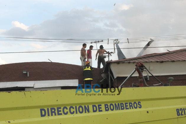 Importante incendio afect� a supermercado en Villa Aguirre