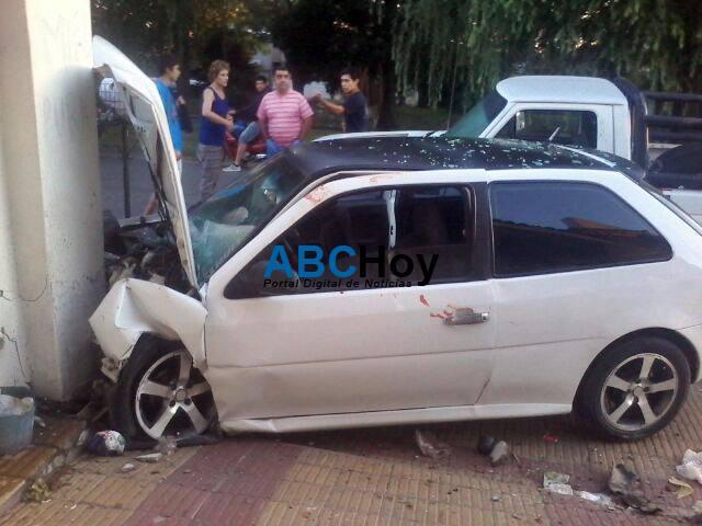 Auto descontrolado provoc� un desastre en Laprida al 600