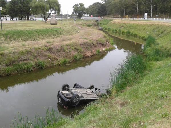 Auto descontrolado termin� en las aguas del lago en la madrugada de ayer