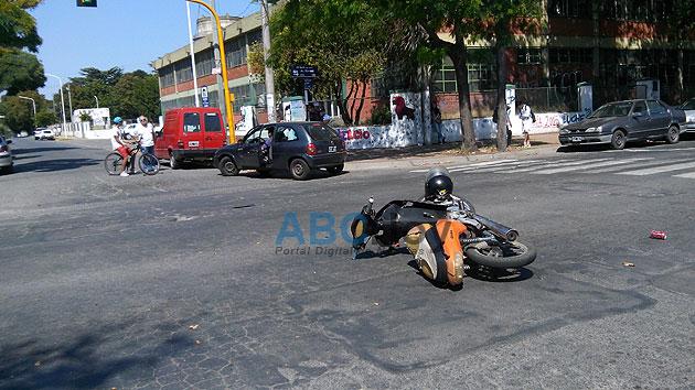 Una motociclista hospitalizada tras chocar con un utilitario