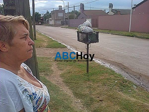 Ins�lito: el cami�n recolector se lleva la basura de una vereda, pero no la de enfrente