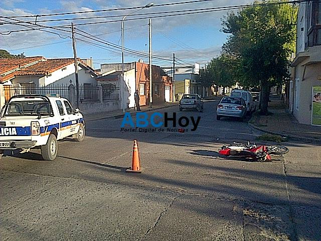 Joven motociclista result� herida tras chocar contra un auto