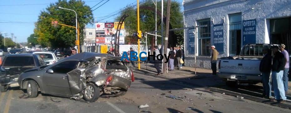 Al filo de la tragedia: Conductor provoc� violento choque en cadena que involucr� a cinco veh�culos