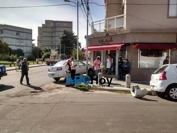 Mujer herida en violento choque en 4 de Abril y Maip�