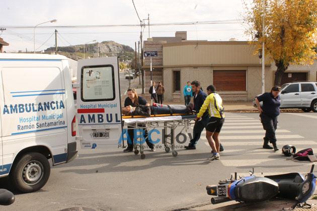 Una joven motociclista hospitalizada tras chocar con un auto