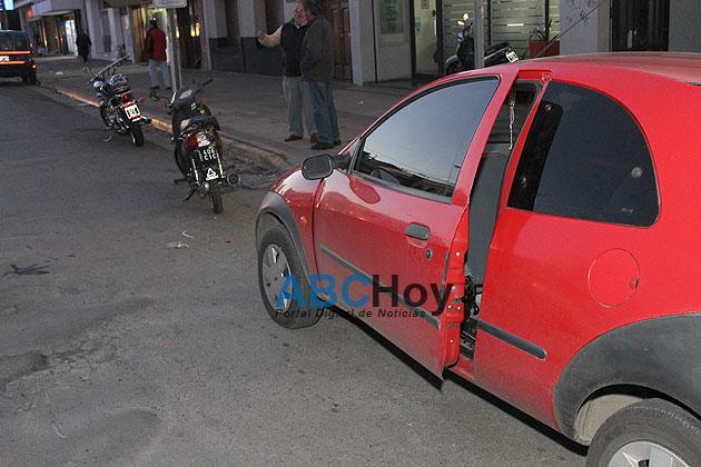 Abri� la puerta del coche e hizo caer a una motociclista