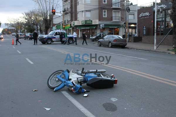 Mujer con heridas al chocar su moto con un auto