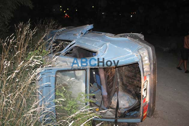 Dos heridos al volcar un auto en el Barrio El Tropez�n