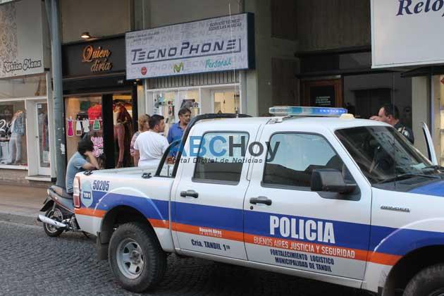 Dos delincuentes armados y a cara descubierta asaltaron un negocio c�ntrico