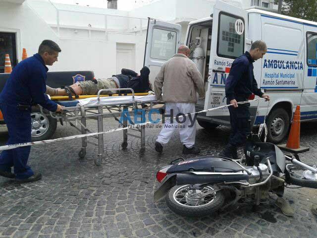 Hombre herido al chocar con su moto un auto estacionado