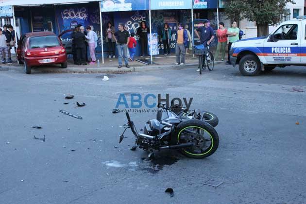 Dos heridos al chocar una moto con un auto